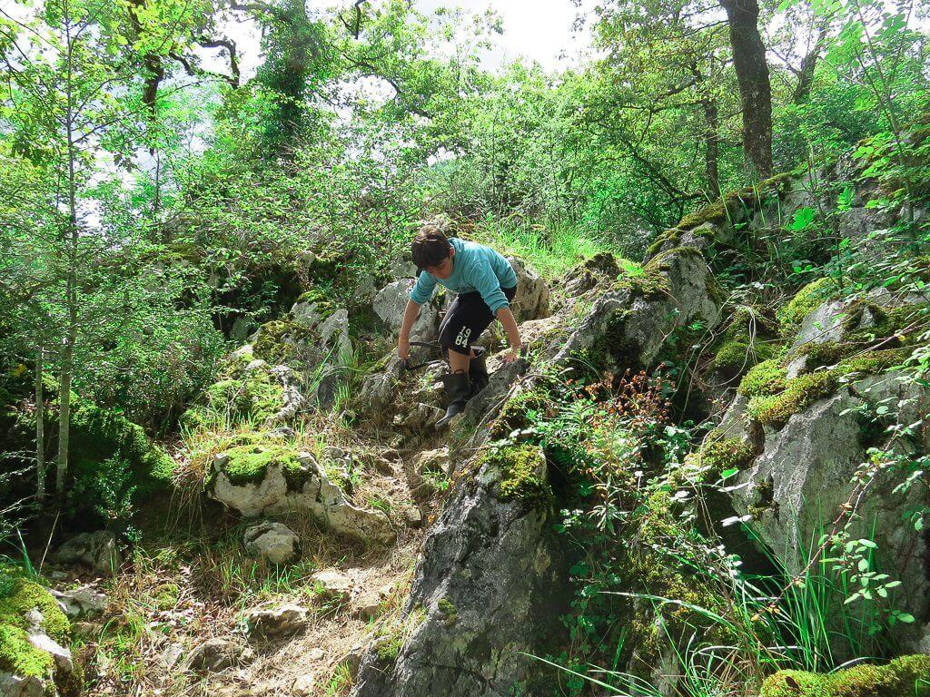 escalader, sauter se balader pour explorer des endroits cachés